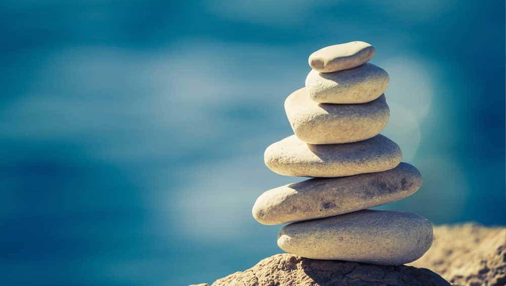 Harmonisch aufeinander gestapelte Steine