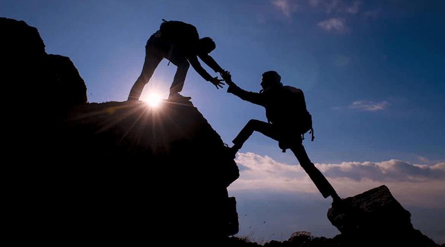 Personen beim Besteigen eines Berges